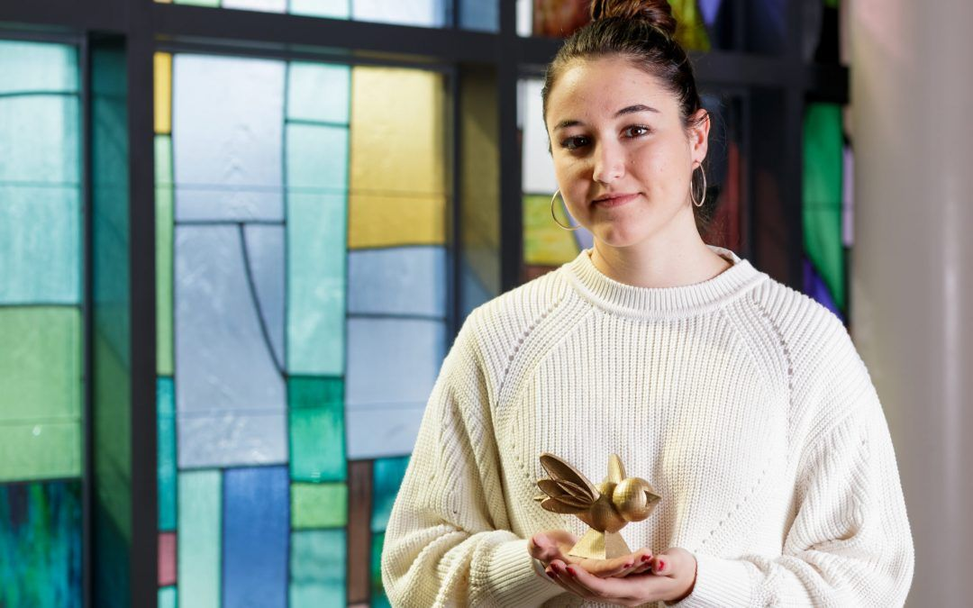 Carmen Garcia-Pitarch adornará Bernau con sus 300 pájaros de resina dorada.